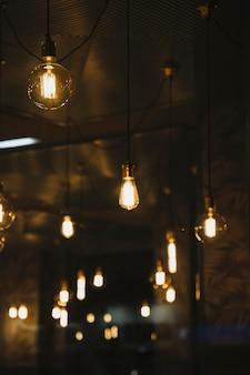 Lâmpadas elegantes no café