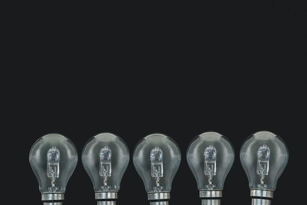 Lâmpadas elétricas em fundo preto