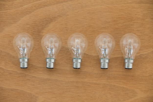 Lâmpadas elétricas na prancha de madeira