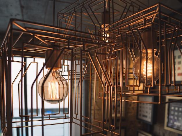 Lâmpadas em gaiola de metal. estilo antigo
