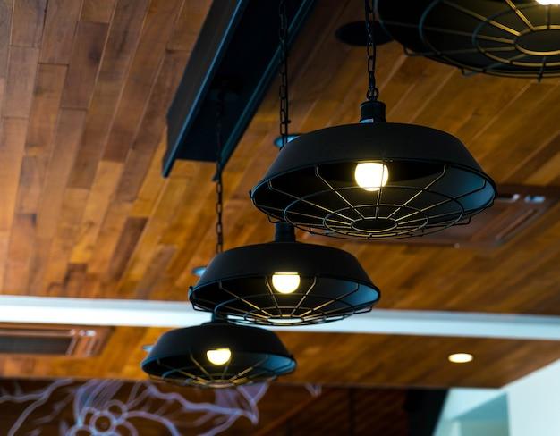 Lâmpadas em um café moderno