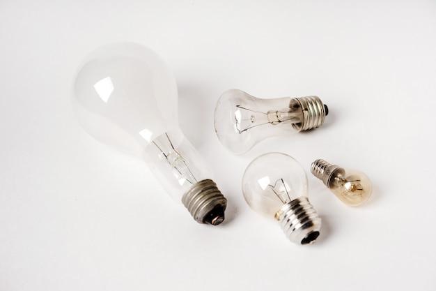 Lâmpadas incandescentes de diferentes padrões e tamanhos em um fundo branco