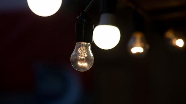 Lâmpadas led e elétricas brilham na rua. iluminação elétrica de ruas e cenários