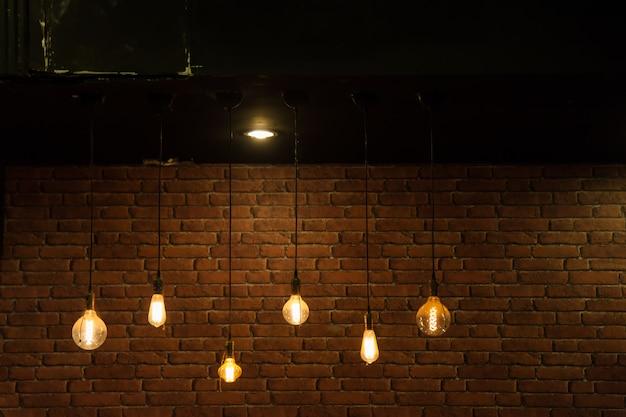 Lâmpadas na parede de tijolos.