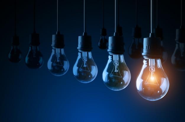 Lâmpadas no fundo azul, conceito de ideia