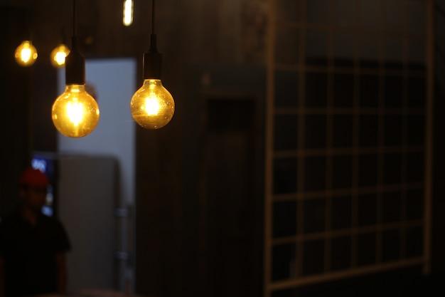 Lâmpadas penduradas no café