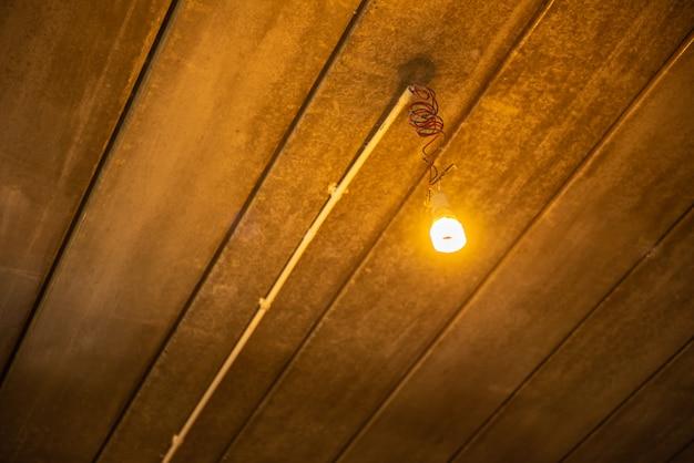 Lâmpadas quentes no fundo escuro de madeira