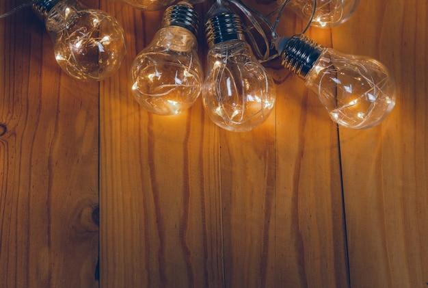 Lâmpadas sobre fundo de madeira