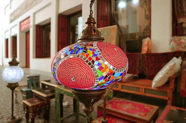 Lâmpadas suspensas em mosaico multicolorido estilo árabe no pátio