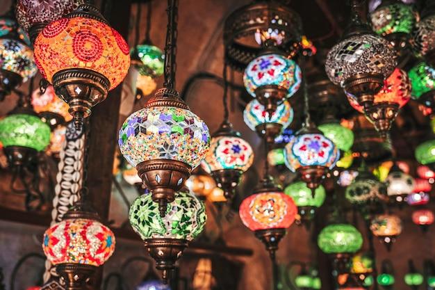 Lâmpadas turcas artesanais tradicionais surpreendentes na loja de lembranças local, goreme.
