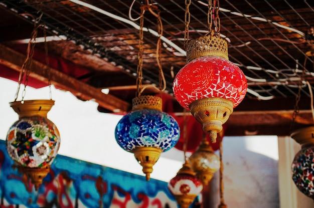 Lâmpadas turcas são feitas de vidro colorido em um fundo de grafite