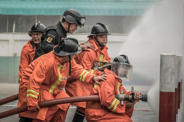 Lampang tailândia 30 de agosto de 2018, treinamento e prática de planos de prevenção de incêndios, armazenamento de gás glp.