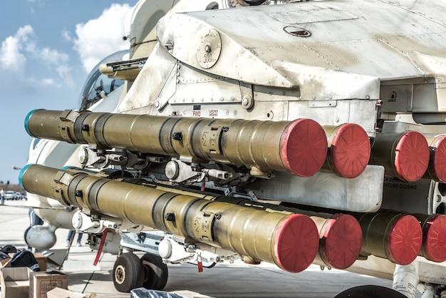 Lançador de foguetes sob a asa de um helicóptero militar.