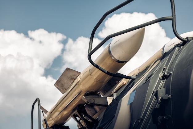Lançador de mísseis automotor