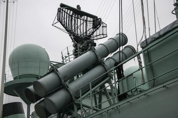Lançador de mísseis e sistema de radar em navio de guerra