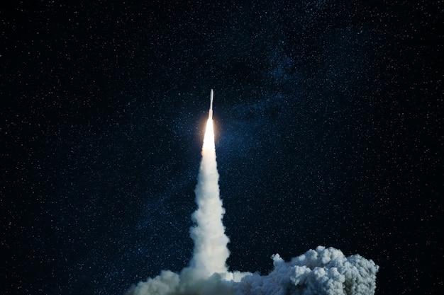 Lançamento bem-sucedido de um foguete espacial no espaço sideral. a nave espacial decola em direção ao céu estrelado. viagem e exploração de outros planetas, conceito