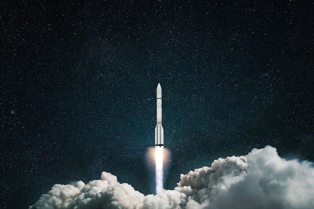 Lançamento da nave espacial ao espaço. foguete decola no céu azul estrelado