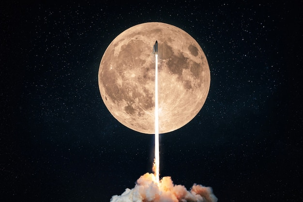 Lançamento de foguete bem-sucedido no espaço no fundo de uma lua cheia com crateras e estrelas. o ônibus espacial decola para o espaço sideral, conceito de missão espacial
