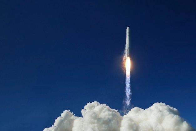 Lançamento de foguete em espaço aberto. os elementos desta imagem foram fornecidos pela nasa. foto de alta qualidade