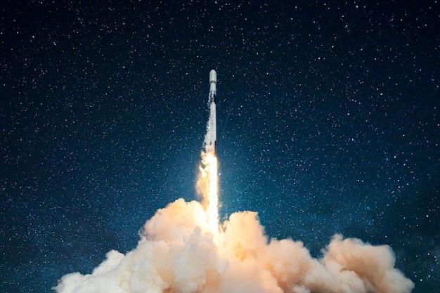 Lançamento de foguete espacial, nave. conceito de produto comercial em um mercado. a nave espacial decola no céu estrelado. nave espacial do foguete. mídia mista