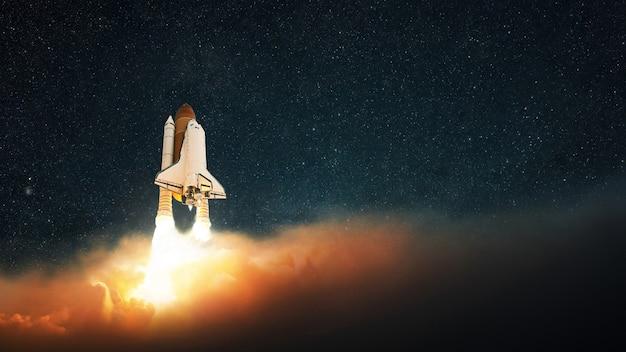 Lançamento de foguete no espaço sideral. a nave espacial decola em direção ao céu estrelado. início bem-sucedido, conceito