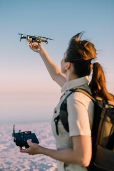 Lançamento do drone. turista jovem segura um drone na mão, levantando-o. foco seletivo.