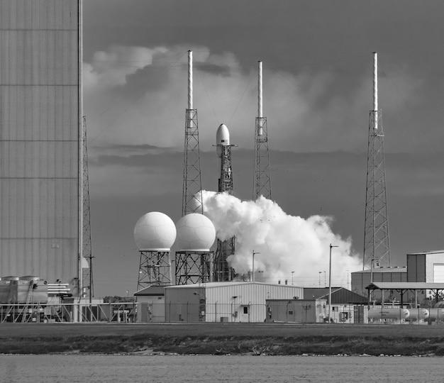 Lançamento do falcon 9 com carga útil starlink 4 no complexo de lançamento 40, estação da força aérea de cabo canaveral