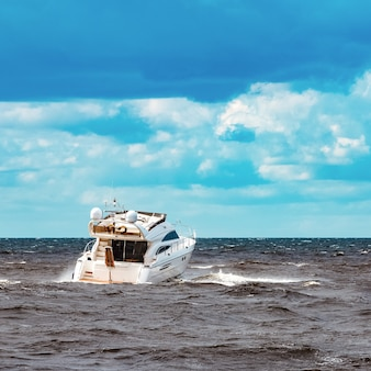 Lancha branca movendo-se rapidamente para o mar báltico. esporte aquático