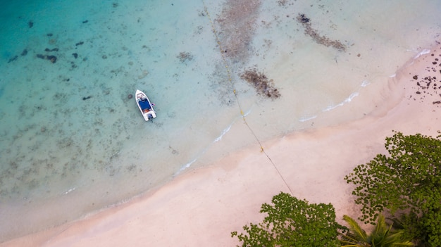 Lancha na praia de san chao em koh rang em koh chang