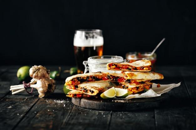 Lanche cerveja mesa de madeira queijo quesadilla cerveja lager