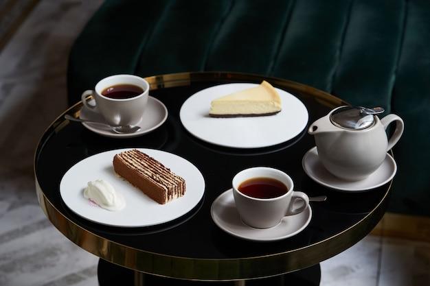 Lanche com bolo na mesa do restaurante, close-up.