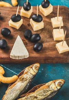 Lanche com cubos de queijo e peixe seco