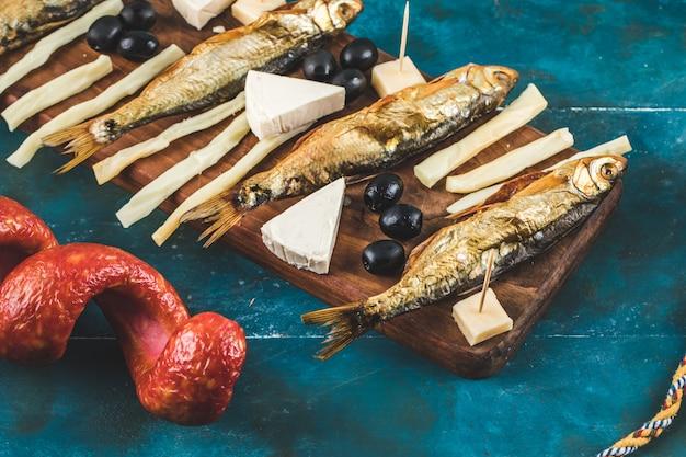 Lanche com lingüiça, queijo, azeitonas e peixe