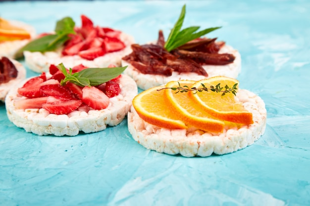 Lanche com pão estaladiço de arroz e frutas frescas