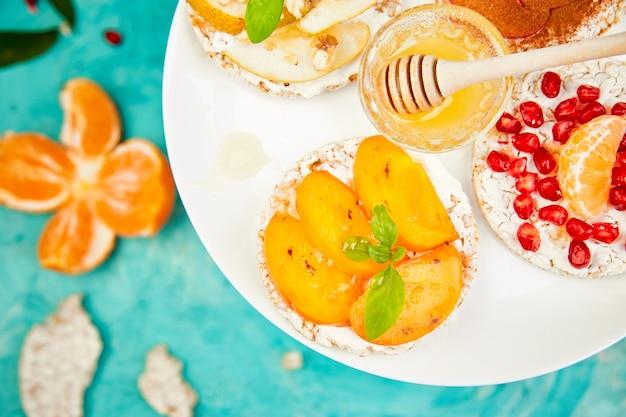 Lanche crocante de arroz com frutas tropicais