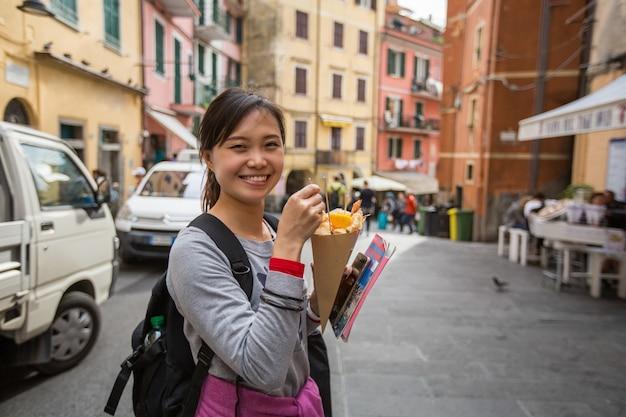 Lanche da itália com take-away de cone de papel.
