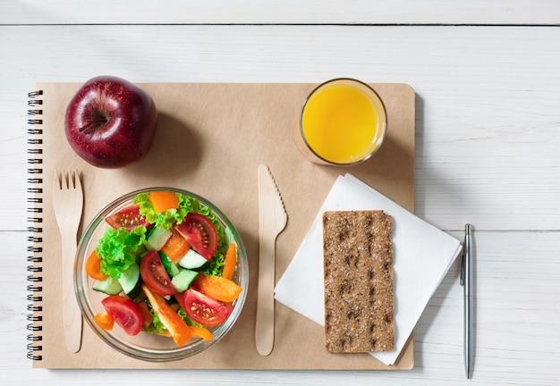 Lanche de almoço saudável com salada de vegetais e suco
