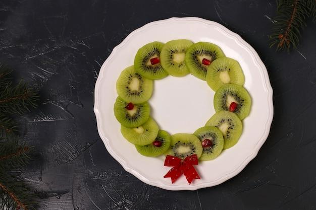 Lanche de frutas de guirlanda de natal para crianças, idéia de arte criativa de alimentos