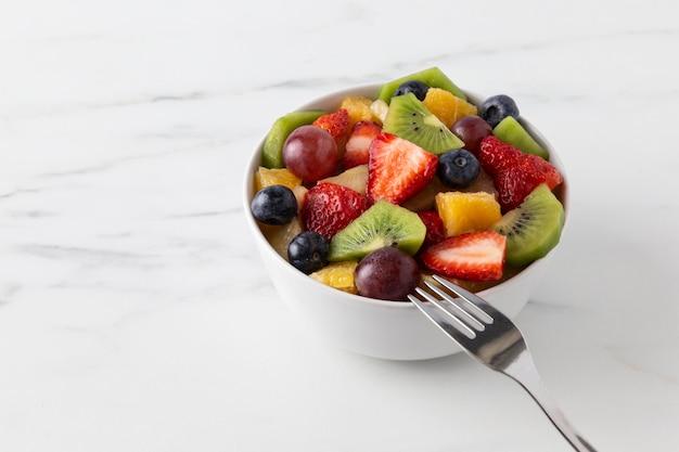 Lanche de frutas em uma tigela