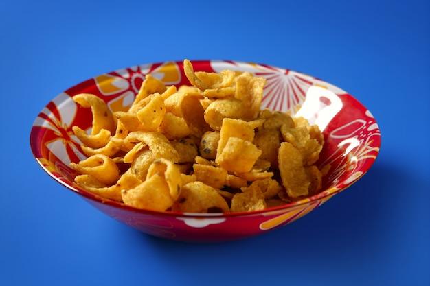 Lanche de milho frito dourado na placa