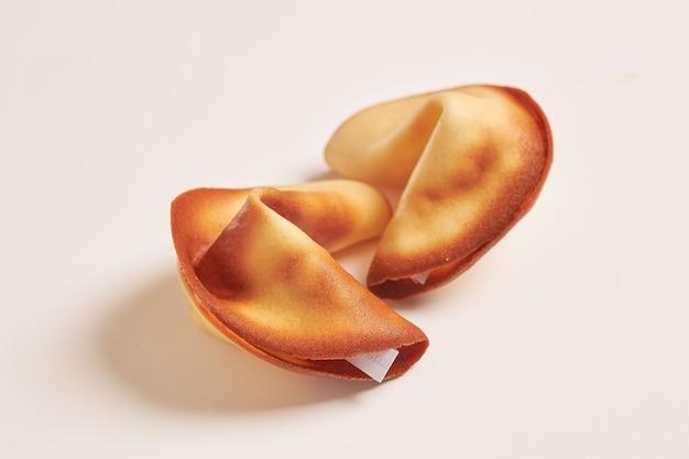 Lanche de pão doce com papel de provérbio chinês dentro.