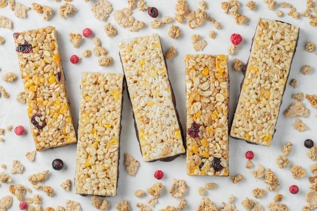 Lanche de sobremesa doce saudável. barra de cereal granola.