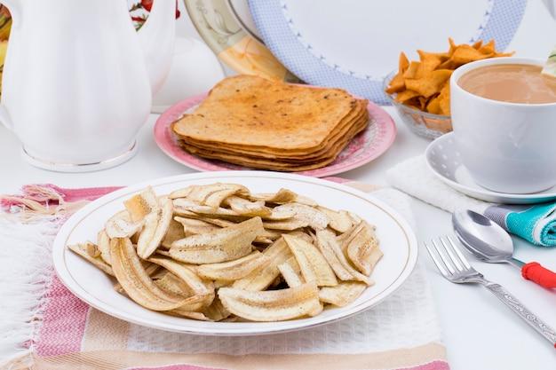 Lanche de tempo de chá frito popular banana chips