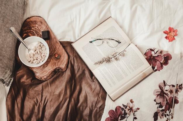 Lanche e livro na cama