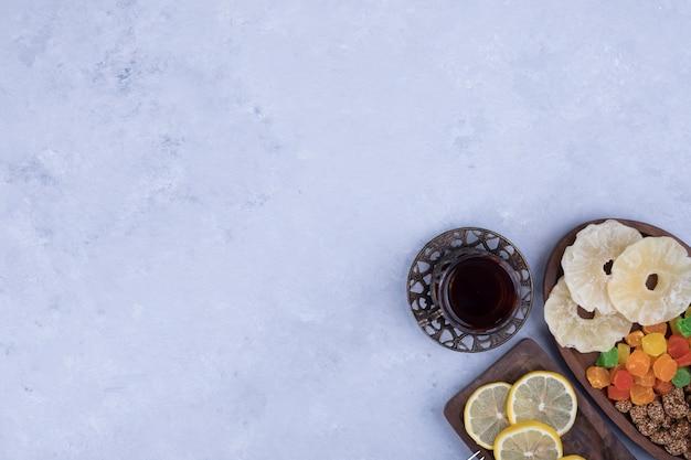Lanche e tabuleiro doce servido com um copo de chá