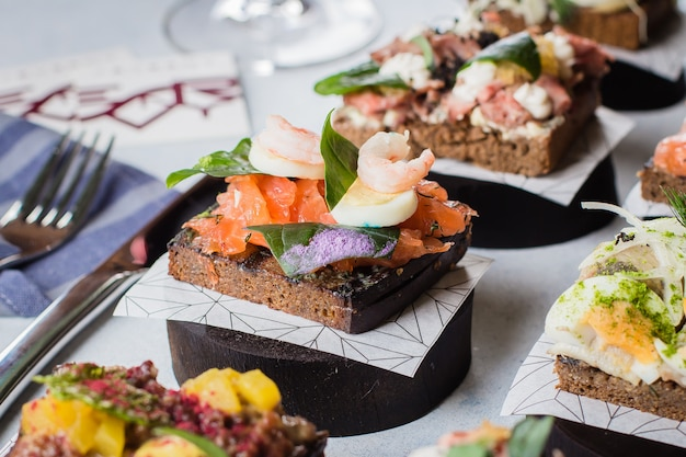 Lanche escandinavo. smorrebrods. sanduíches tradicionais dinamarqueses abertos, pão de centeio escuro
