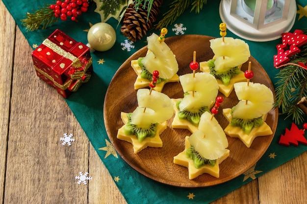 Lanche festivo de canapés na mesa de natal canapés de frutas com queijo copie o espaço