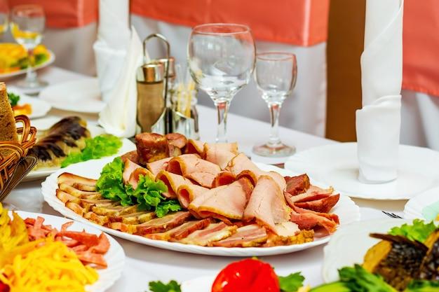 Lanche frio de pratos de carne na mesa festiva no restaurante
