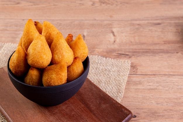 Lanche frito tradicional brasileiro feito com frango conhecido como