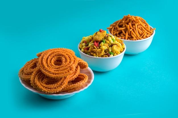 Lanche indiano: chakli, chakali ou murukku e besan (farinha de grama) sev e chivada ou chiwada. diwali food